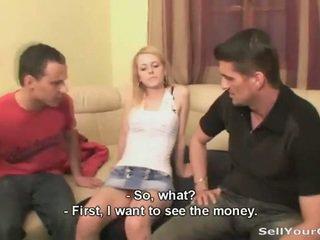 Blonda prietena inpulit pentru unele bani