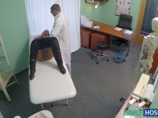 Daktaras examinates jos putė su a bybis.