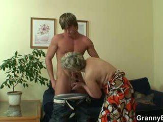Tua wanita jalang pleases hot-looking muda tiang