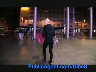 Publicagent manis rambut pirang wins lebih dari dia ingin