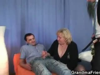 Blond besta gets slammed av two dicks