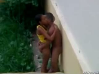 Brésilien ado baise extérieur sur la pluie