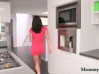 Milf mama vitrega teaches adolescenta baiat o lesson după el spied pe ei