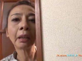 成熟した アジアの 女性 で a 皮ひも sucks a ディック