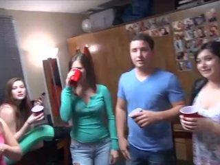 Chaud fac fête avec très alcoolisée students