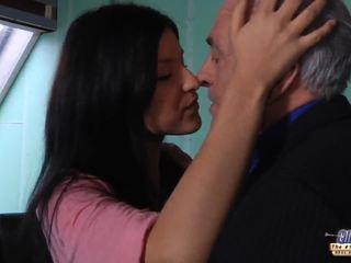 पुराना टीचर gets एक सेक्स तोड़ना से युवा स्टूडेंट