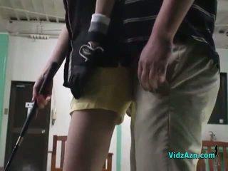 Asiática chica giving mamada en su knees para su golf instructor