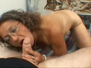 Yang nenek gives yang menghisap zakar