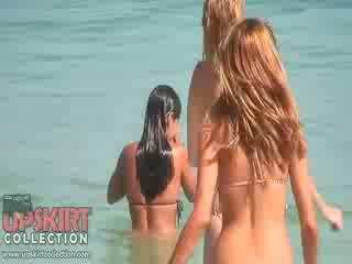The cutie dolls v sexy bikinis are hrať s the waves a getting spied na