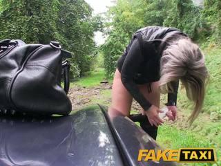 Faketaxi blondinke bejba zajebal v ji malo muca s hlačke okoli noge