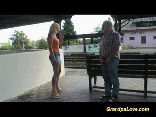 Povekas blondi perseestä lähellä the railway