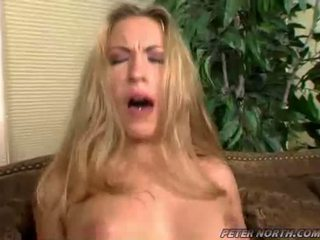 Jaime elle pounded keras pada yang coklat daybed