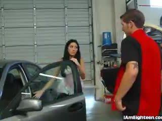 Slutty jovem grávida a foder dela mechanic