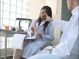 Sexy japonesa doctor gives su colleague un bj