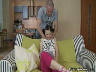 Sensuous łóżko pieprzenie z cudowne nastolatka wench
