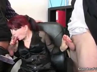 Sıcak iş bayan takes two dicks