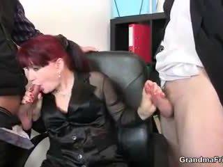 Горещ бизнес дама takes two dicks