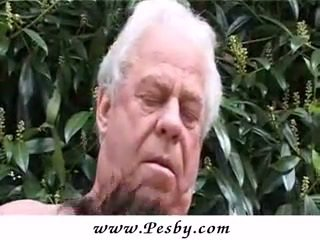 Vanha gray senior on paukutti a kuuma nuori tipu