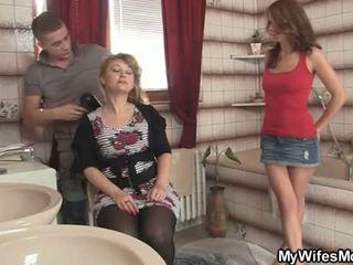 Hänen vaimo leaves ja hän bangs hänen kuuma äiti
