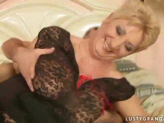 Vecmāte uz tīkliņzeķes zeķe enjoys karstās sekss