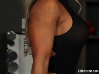 Muscular rubia nena megan avalon entrenamiento