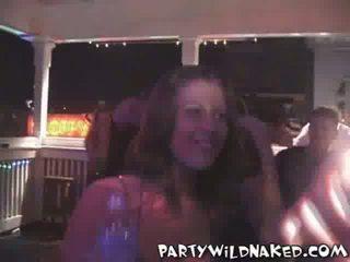 Opilý strana holky líbání a getting nahý