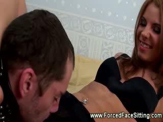 Lei wont lasciare lui andare whille lui licks suo vagina in un cane leash