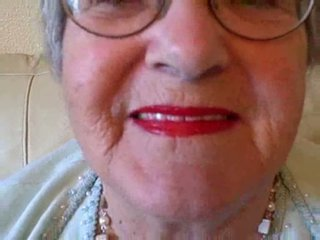 Grannyen puts på henne läppstift sedan sucks ung kuk video-