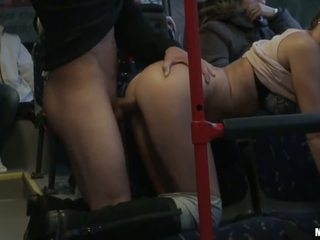 Amateur slet gets banged hard in de bus