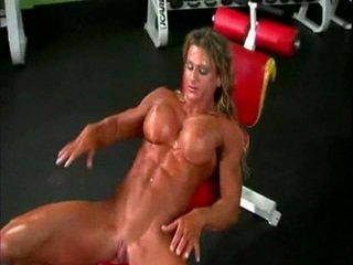 Nuogas bodybuilder ponia su didelis klitoris