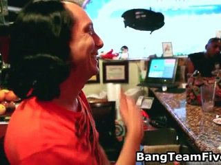 Бар hopping, bartender изпразване размяна