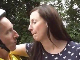 Brittiläinen läkkäämpi loving polkupyörä goes anaali