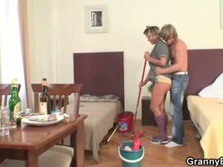 Čistenie žena rides jeho nadržané kokot