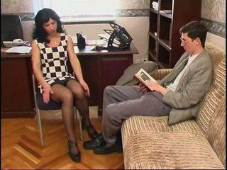 Довго legged російська матуся в панчіх і a guy