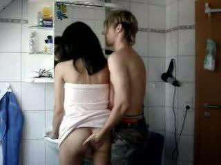 Amadora jovem grávida fodido difícil em um casa de banho vídeo