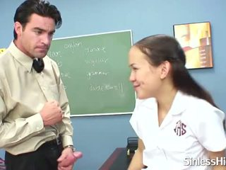 Asiatique écolière avec appareil dentaire