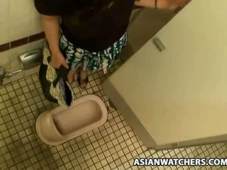 Азіатська школярка masturbates в її schools ванна кімната