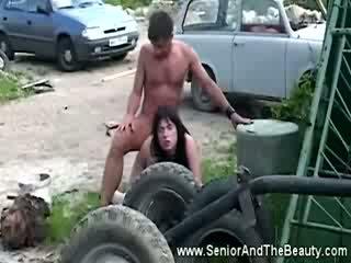 Rinnakas brünett gets perses vastu an vana auto poolt antiik dude