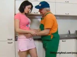 E prapë adoleshent vajzë pays an i vjetër repairman për punë me të saj i ri i ngushtë trap