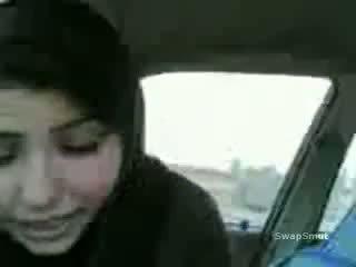 Arab lány swallows elélvezés -ban a autó videó