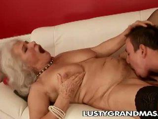 Lusty grandmas: bunica norma curva încă loves futand