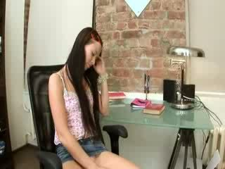 Evelina gagica birou plăcere pe o scaun