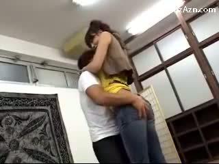 ショート guy キス とともに 背の高い 女の子 licking 脇の下 rubbing 彼女の 尻 で ザ· middle の ザ· 部屋