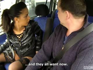 Dojrzała człowiek i szczupłe młody sympatia w the samochód.