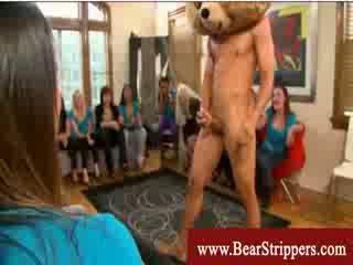Bachelorettes obține seduced de o dansand urs