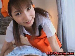 Ann nanba dulce asiática enfermera gives