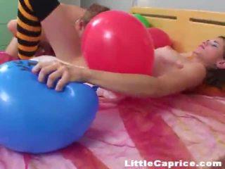 Čas pre the balón popping okolo zlý málo caprice!