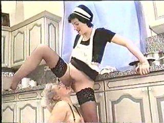 Piss; ناضج امرأة drinks maids piss