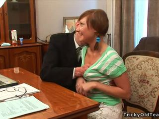 Vecchio insegnante pleasured da giovanissima