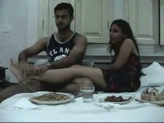 Indisch newly verheiratet pärchen enjoying ihre honeymoon teil 2